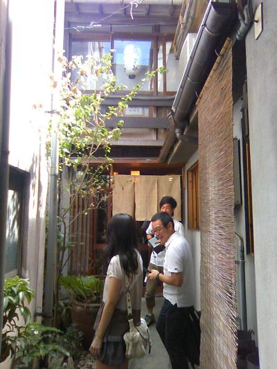 蕎家さんの前にいる風間みなみさん、原田店長、DJマーク氏(手前から)