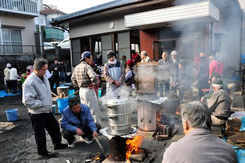 餅米を蒸す