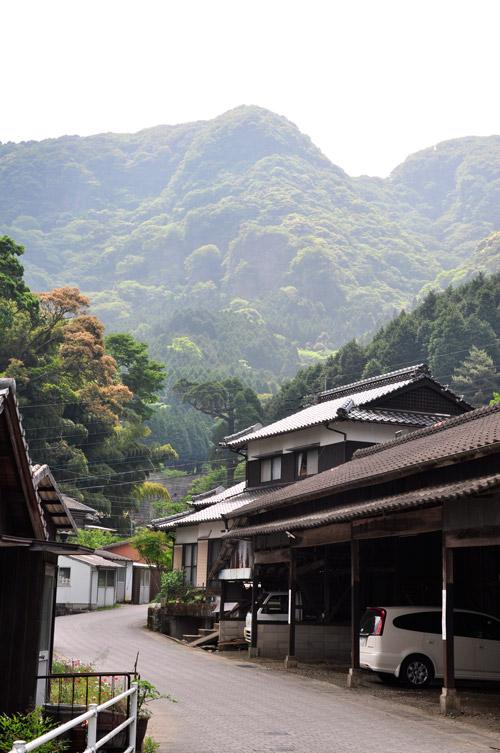 大川内山の町並みと山々