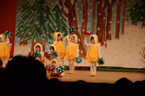 アソカ幼稚園のお遊戯会で踊る娘